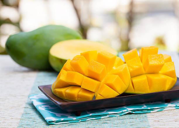 mango freschi prodotti biologici su uno sfondo di tropicale scoperta - frutto tropicale foto e immagini stock