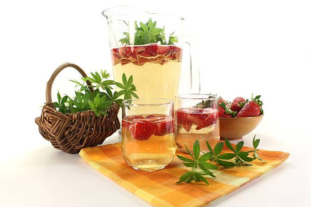 Frische kann Wein mit Erdbeeren – Foto