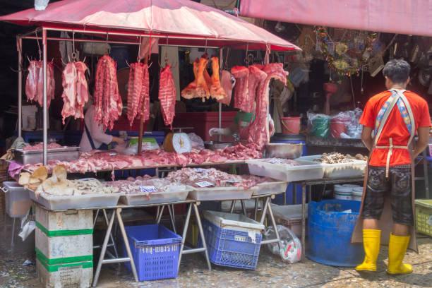 Frischfleischstand auf dem Khlong Toei Markt – Foto