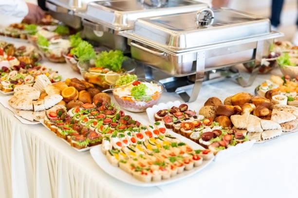 Canapés frescos mediterráneos con ensaladas frescas de verduras y productos horneados. - foto de stock