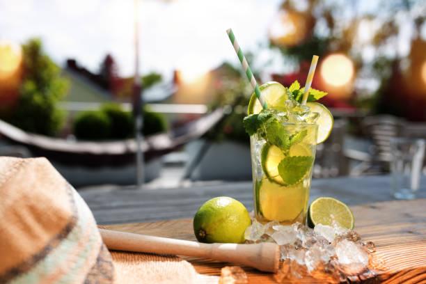 frischen mojito cocktail im sommer - urlaub in kuba stock-fotos und bilder