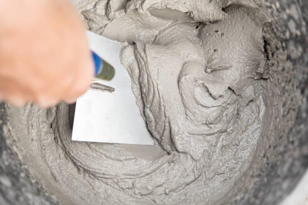 frischmörtel mit kelle in es - diy beton stock-fotos und bilder