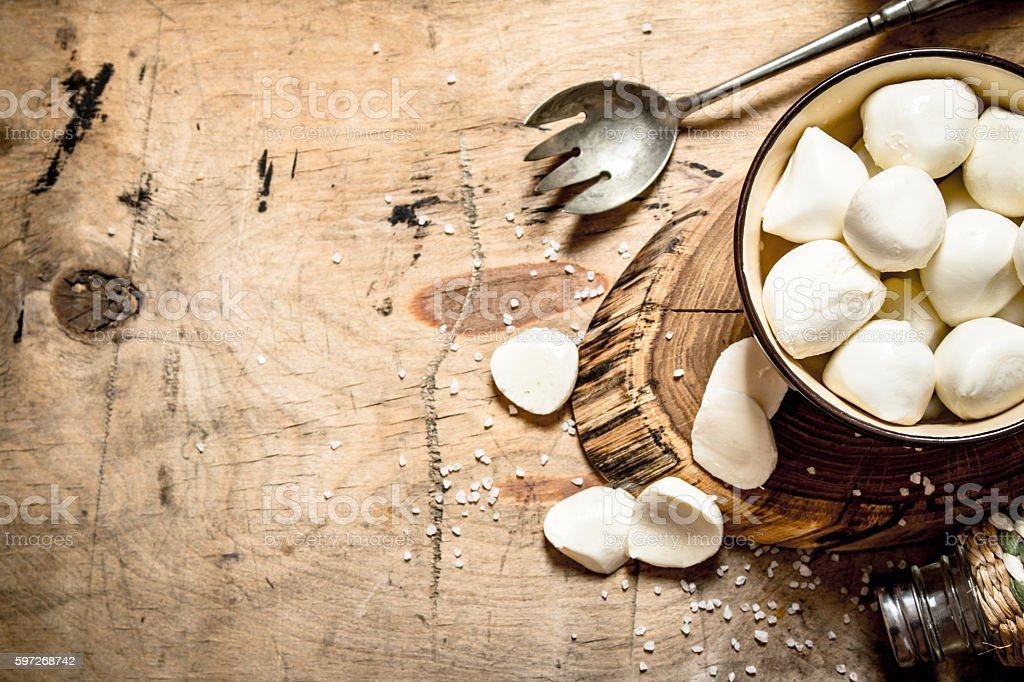 Fresh mozzarella with salt. Lizenzfreies stock-foto