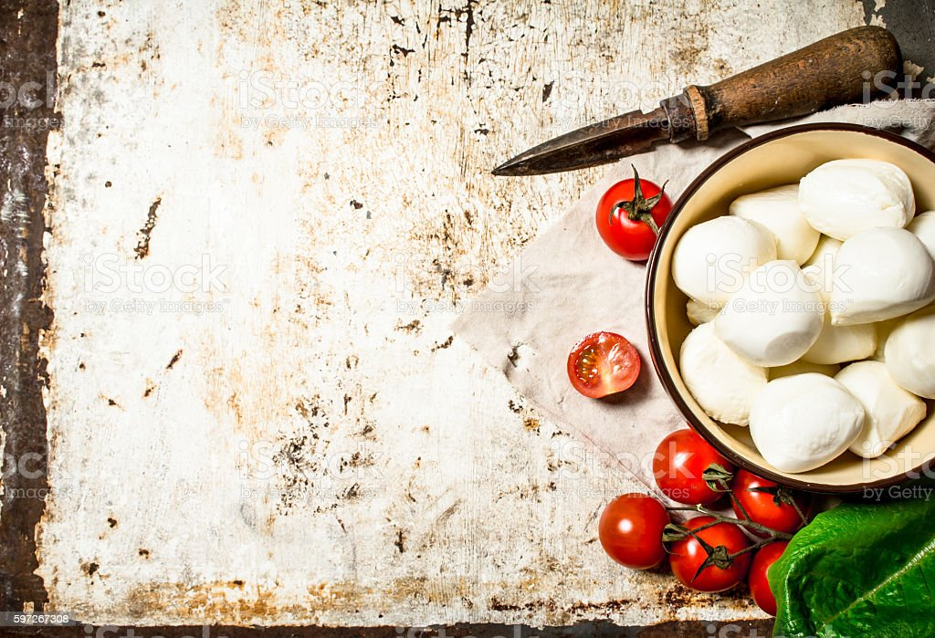 Fresh mozzarella with tomatoes and greens. Lizenzfreies stock-foto