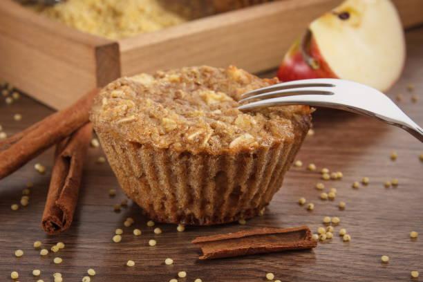 Frische Muffins mit Hirse Grütze, Zimt und Apfel gebacken mit Vollkornmehl, leckeres gesundes Dessert – Foto