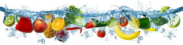Frisches Multi-Obst und Gemüse spritzen in blaues klares Wasser spritzt gesunde Ernährung Ernährung Frische Konzept isolierten weißen Hintergrund – Foto