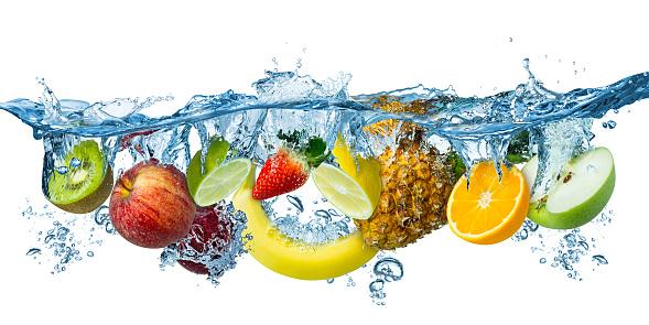 新鮮的多水果飛濺到藍色清水飛濺健康的食物飲食新鮮概念隔離白色背景 照片檔及更多 一片 照片