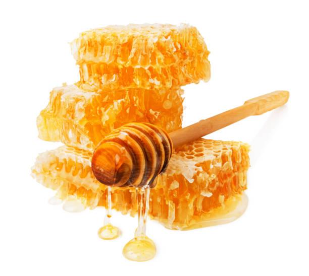 frische natürliche bio-honig in waben mit dipper isoliert in weiß - wachsblume stock-fotos und bilder