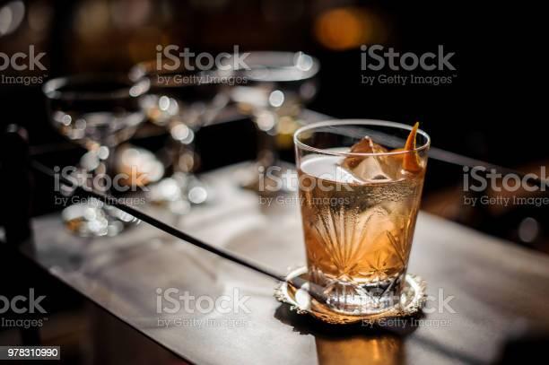 Verse Oude Ouderwetse Zomer Cocktail Met Ijs En Sinaasappelschil Stockfoto en meer beelden van Achtergrond - Thema