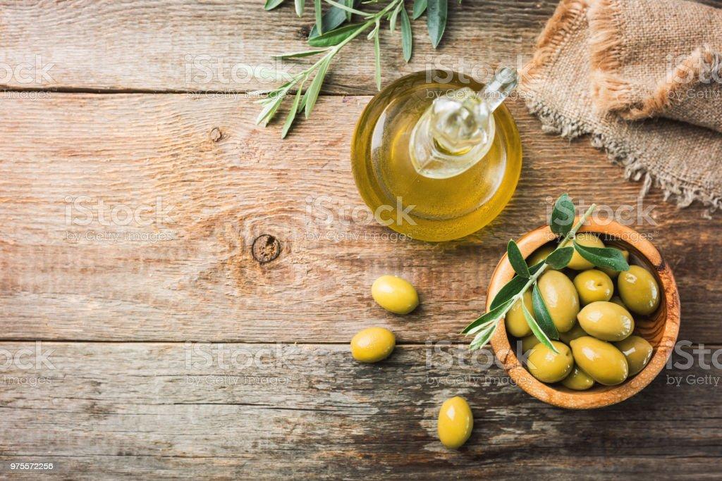 Aceitunas frescas en un tazón - foto de stock