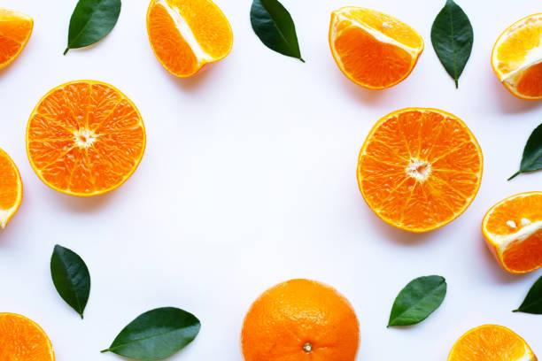fris oranje met groene bladeren geïsoleerd op een witte achtergrond. - vitamine c stockfoto's en -beelden
