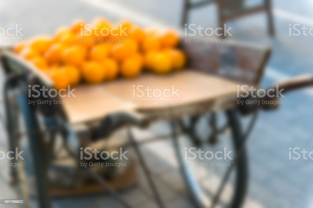 Fresh oranges on vintage wooden cart photo libre de droits