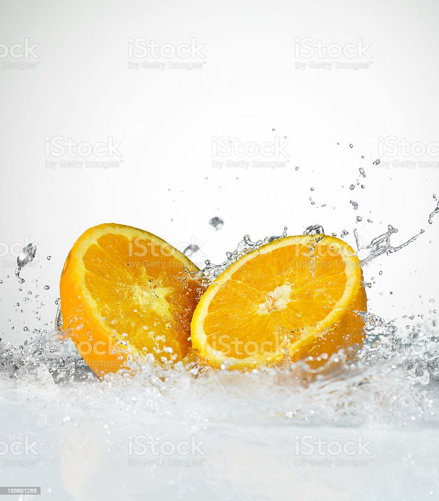 Oranges fraîches. Eau Splash. Gros plan. - Photo