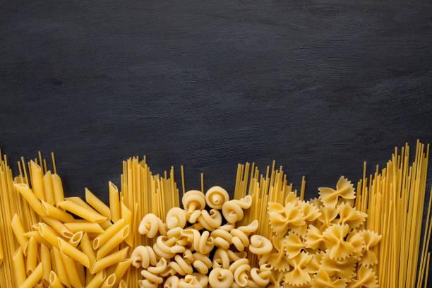 ingredientes orgánicos frescos de recetas italianas. - pasta fotografías e imágenes de stock