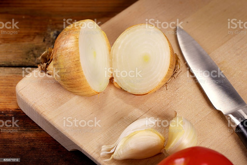 Fresh organic onion on cutting board zbiór zdjęć royalty-free