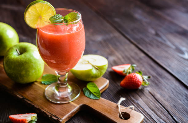 Fresh organic smoothie with apple, strawberry and lime – Foto