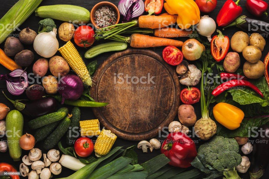 新鮮有機蔬菜和木板背景 - 免版稅一組物體圖庫照片