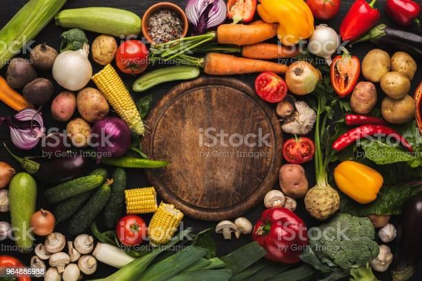 新鮮有機蔬菜和木板背景 照片檔及更多 一組物體 照片