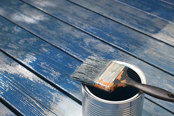 Frische lackiert Holz, Pinsel und Farbe können – Foto
