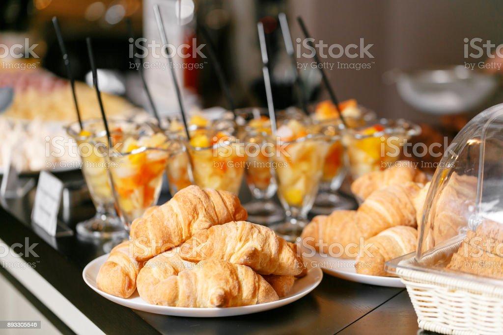 Frisches Gebäck, knusprige Morgen Croissants, Frühstücksbuffet. Dessert-Früchte-Cocktail in Tassen – Foto
