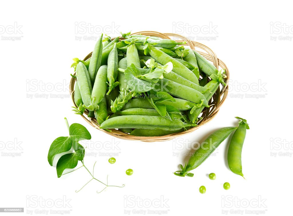 fresh pea pods in a basket isolated on white foto royalty-free