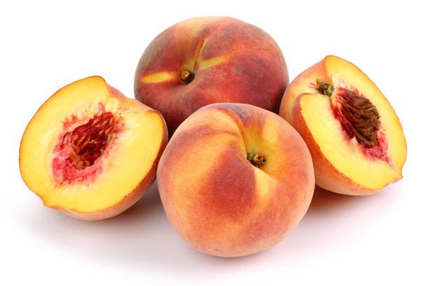 新鮮桃子和一半在白色背景 - 桃 個照片及圖片檔