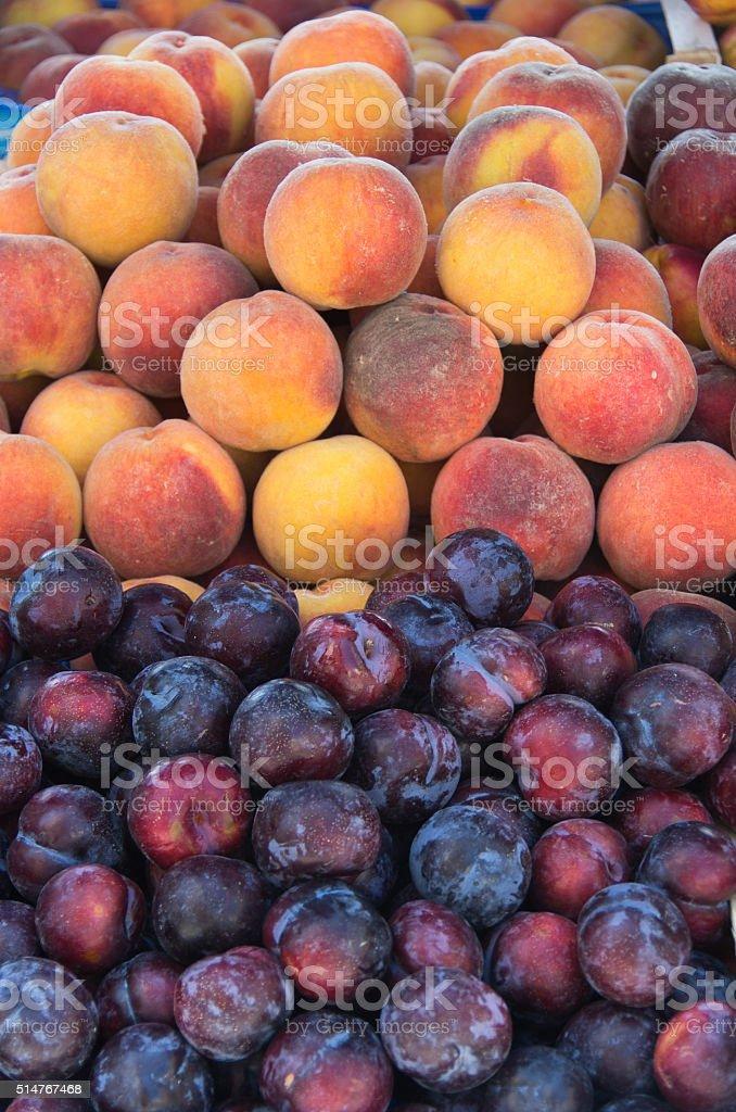 Pesche fresche e prugne - foto stock