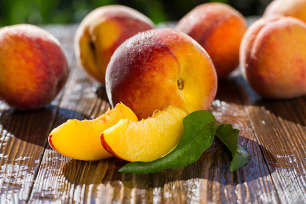 frische pfirsiche pfirsich nahaufnahme obst hintergrund, pfirsich auf holz hintergrund, süße pfirsiche, pfirsiche, pfirsiche, pfirsich scheiben geschnitten-gruppe - peach stock-fotos und bilder