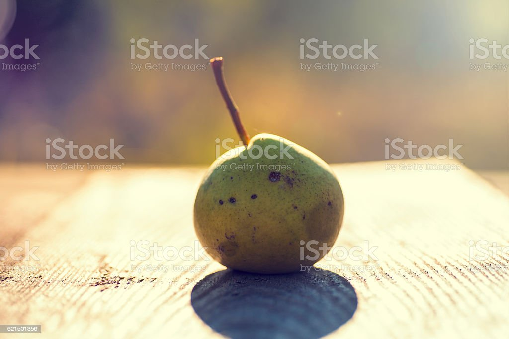 Fresh pears. On the wooden background. Lizenzfreies stock-foto