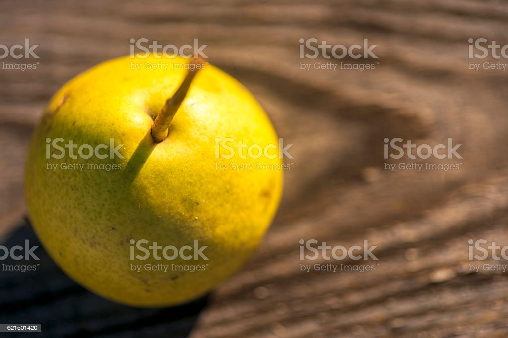 Fresh pears. On the wooden background. photo libre de droits