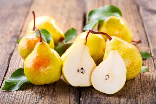 fresh pears with leaves - pera foto e immagini stock