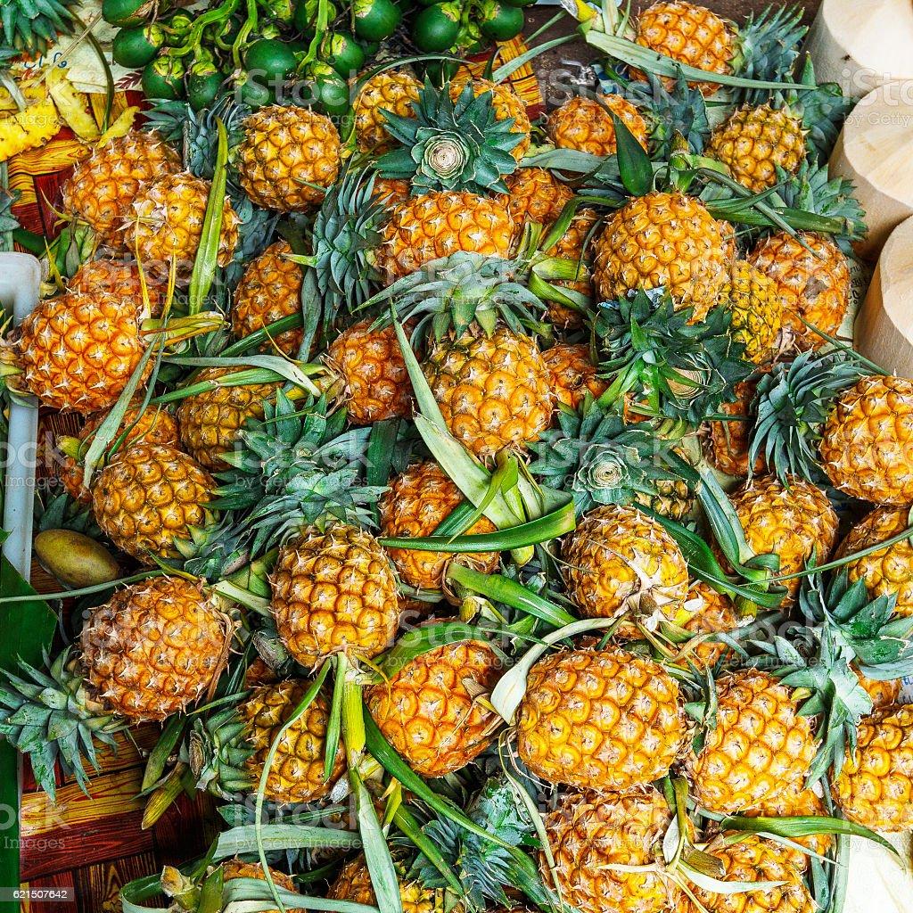 Fresh pineapples in fresh fruit market foto stock royalty-free