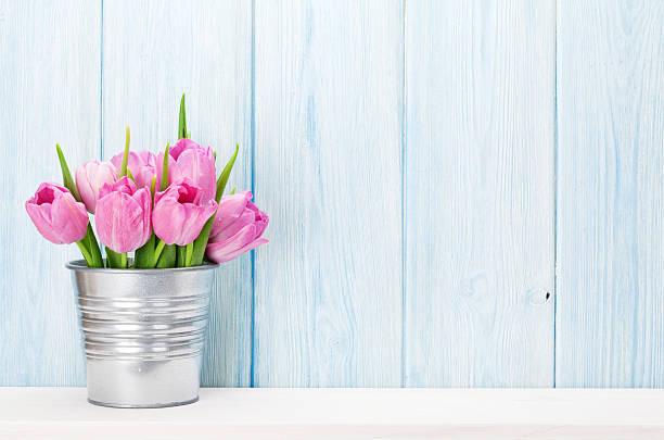 frische rosa tulpe blumen blumenstrauß - holzblumen stock-fotos und bilder