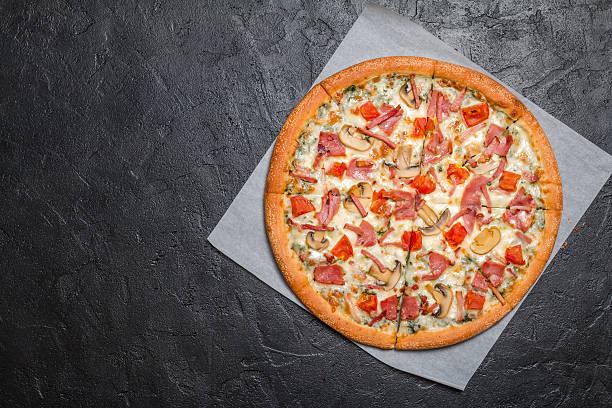 fresh pizza with mushrooms and ham - dikke pizza close up stockfoto's en -beelden