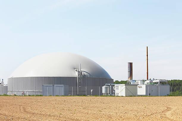 Frische greift field und bio gas power plant generator Kamin – Foto