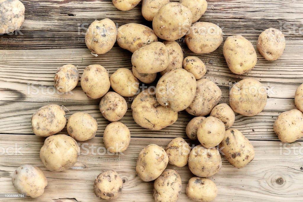 frische Kartoffeln auf hölzernen Hintergrund – Foto