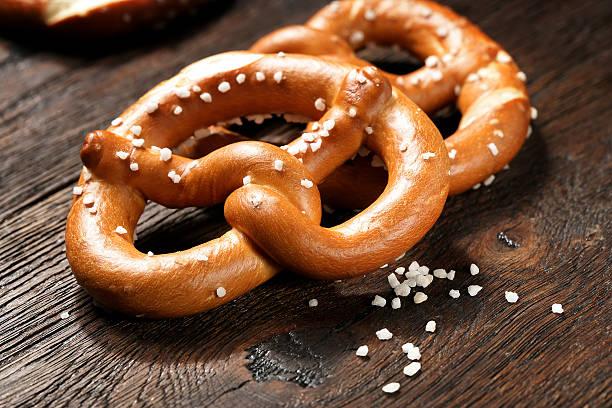 fresh pretzels with sea salt close-up - 椒鹽蝴蝶圈 個照片及圖片檔