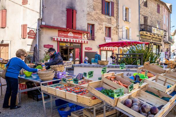 mercato dei prodotti freschi in provenza, francia - mercato luogo per il commercio foto e immagini stock