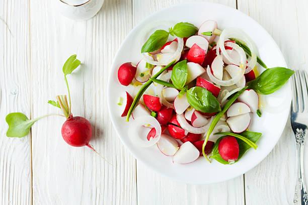 frische rettich in eine salat - radieschen salat stock-fotos und bilder