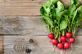 新鮮な radishes 木製テーブル