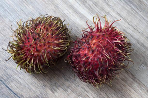 Frischer Rambutan auf Holzhintergrund. – Foto