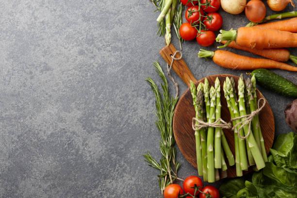 frischen rohen spargel und andere frühlingsgemüse - spargel vegan stock-fotos und bilder