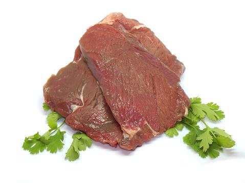 Verse Rauwe Biefstuk Op Een Witte Achtergrond Stockfoto en meer beelden van Avondmaaltijd