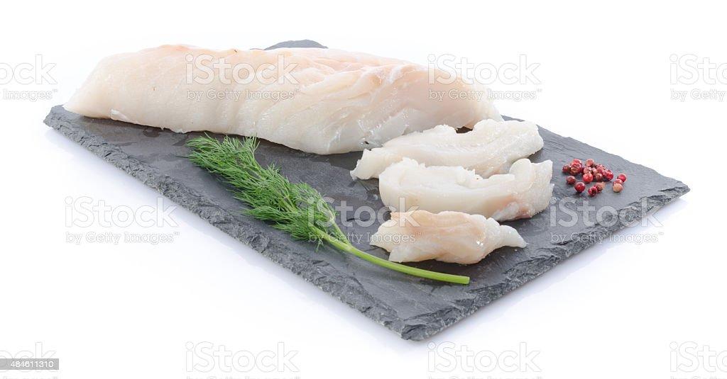 Nuevas materias primas filete de bacalao en una pizarra placa - foto de stock