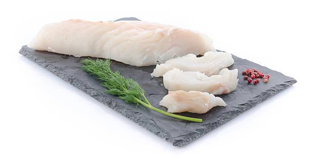 bacalhau filetes crus frescos em uma placa de ardósia - cod imagens e fotografias de stock