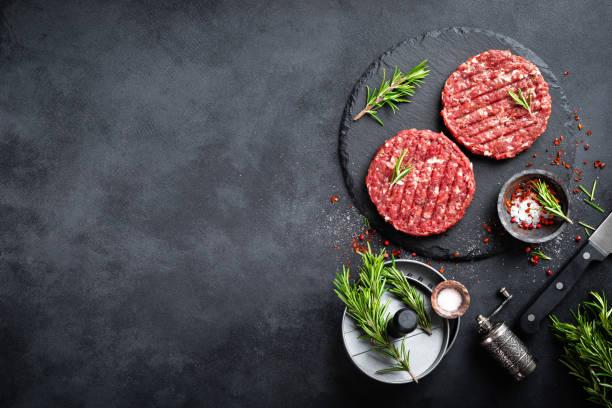 hamburgueres picada crus frescos do bife de carne com especiarias - cru - fotografias e filmes do acervo