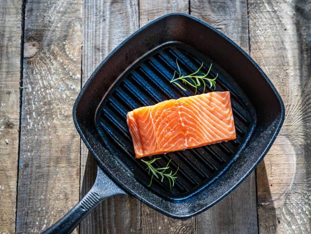 Frisches rohes Lachssteak auf Kochpfanne – Foto