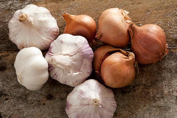 crudo fresco tutta aglio lampadine e cipolle - aglio alliacee foto e immagini stock