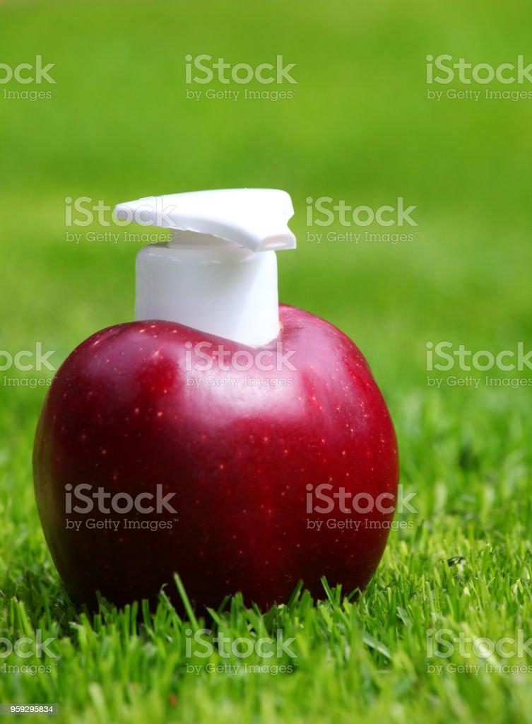 Dispensador de maçã vermelha fresca - foto de acervo