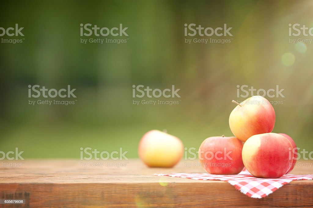 Fresh Red Apples on Wooden Table – Foto